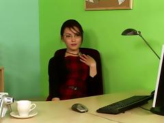 Skinny chick sits down on her office table and masturbates the pussy tube porn video