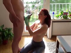 Schwanzmelken mit oligen Latexhandschuhen tube porn video