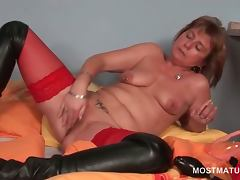 Turned on mature sex queen pumping her horny cunt tube porn video