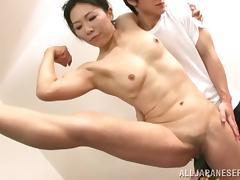 Flexible Japanese cougar with small tits and muscles getting her hairy pussy devoured with a toy tube porn video